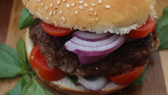 Töltött hamburger ínyenceknek házi majonézzel – az otthoni a legjobb