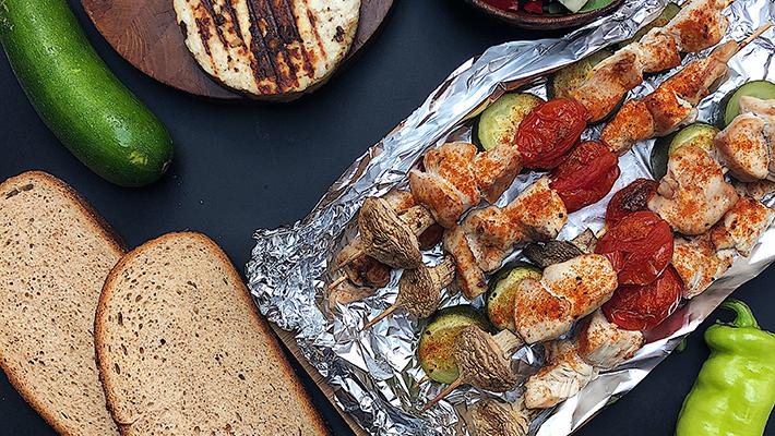 Fűszeres pulykasaslik grillzöldségekkel