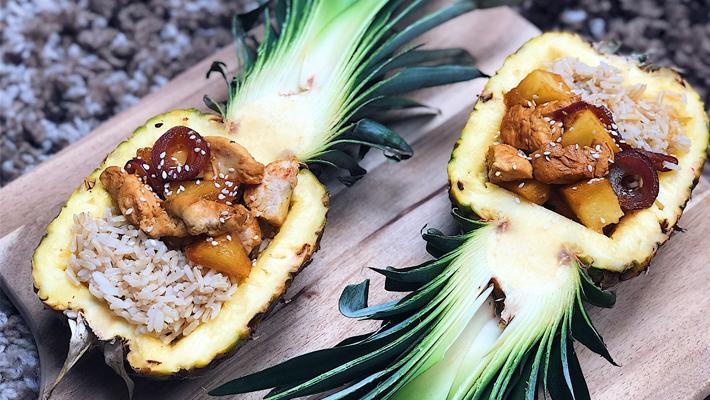 Teriyaki csirke barnarizzsel, ananászban tálalva
