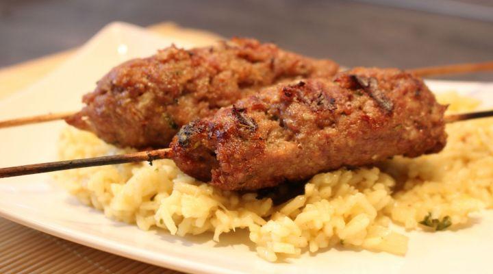 Fűszeres bárány kebab grillrácson sütve